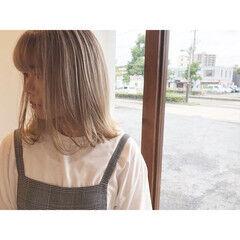 ミディアム ナチュラル プラチナブロンド ミルクティーベージュ ヘアスタイルや髪型の写真・画像