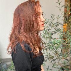 セミロング ゆるかき上げウェーブ アプリコットオレンジ ゆるウェーブ ヘアスタイルや髪型の写真・画像