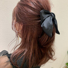 ヘアアレンジ ピンクベージュ セミロング ピンクカラー ヘアスタイルや髪型の写真・画像