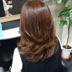 ブラウン ナチュラル セミロング レイヤーカット ヘアスタイルや髪型の写真・画像