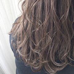 グレージュ イルミナカラー ナチュラル ロング ヘアスタイルや髪型の写真・画像