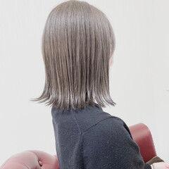 グレーアッシュ ミディアム 切りっぱなしボブ 外ハネボブ ヘアスタイルや髪型の写真・画像