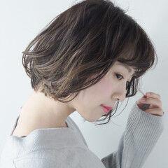 デート ショート ウェーブ ガーリー ヘアスタイルや髪型の写真・画像
