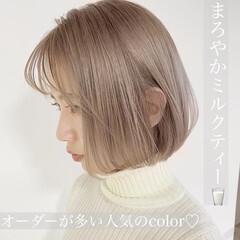 ホワイトベージュ ブリーチオンカラー ホワイトグレージュ ナチュラル ヘアスタイルや髪型の写真・画像