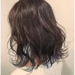 ガーリー インナーカラー 巻き髪 カジュアル ヘアスタイルや髪型の写真・画像