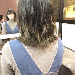 ナチュラル 切りっぱなしボブ グラデーションカラー シルバーアッシュ ヘアスタイルや髪型の写真・画像