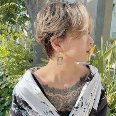 ハンサムショート ハイトーンカラー マッシュショート 耳掛けショート ヘアスタイルや髪型の写真・画像