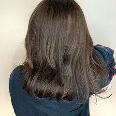 ミディアム グレーアッシュ 切りっぱなしボブ ゆるウェーブ ヘアスタイルや髪型の写真・画像