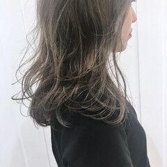 ミディアム アッシュ スモーキーアッシュ レイヤーカット ヘアスタイルや髪型の写真・画像