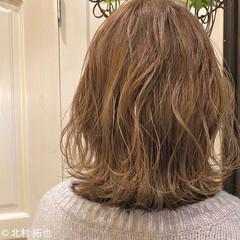 ゆるウェーブ ミディアム 透明感カラー ヌーディベージュ ヘアスタイルや髪型の写真・画像