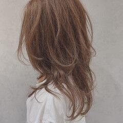 ベージュ ロング ウルフレイヤー カジュアル ヘアスタイルや髪型の写真・画像
