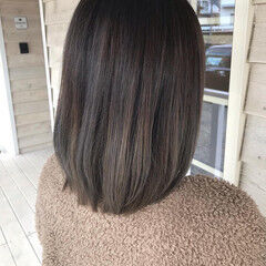 アッシュ セミロング ミルクティーグレージュ グラデーションカラー ヘアスタイルや髪型の写真・画像