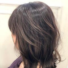 ミディアム 外ハネボブ グレージュ 切りっぱなし ヘアスタイルや髪型の写真・画像
