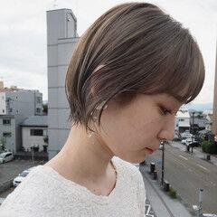 前髪パッツン ナチュラル ミルクティーベージュ ショート ヘアスタイルや髪型の写真・画像
