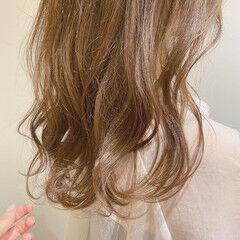 ヘアカラー セミロング ミルクティーベージュ ゆる巻き ヘアスタイルや髪型の写真・画像