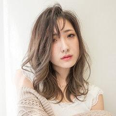 セミロング ゆるウェーブ アッシュグレージュ 外国人風フェミニン ヘアスタイルや髪型の写真・画像