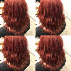 ミディアム チェリーレッド ダブルカラー ストリート ヘアスタイルや髪型の写真・画像