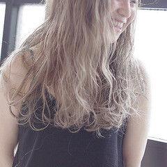 ロング ルーズヘア グレージュ ゆるふわパーマ ヘアスタイルや髪型の写真・画像