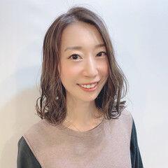 オリージュ ミディアム 波巻き ミルクティー ヘアスタイルや髪型の写真・画像