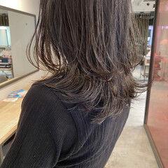 くびれカール 透明感カラー アッシュベージュ ミディアム ヘアスタイルや髪型の写真・画像