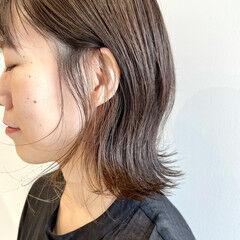 ミディアムレイヤー アッシュグレージュ アッシュベージュ フェミニン ヘアスタイルや髪型の写真・画像
