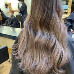 ミルクティーグレー バレイヤージュ ロング ストリート ヘアスタイルや髪型の写真・画像