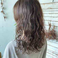ストリート グレージュ ゆるふわパーマ ウェーブヘア ヘアスタイルや髪型の写真・画像