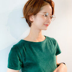 コンパクトショート メガネ 毛先パーマ 小顔ショート ヘアスタイルや髪型の写真・画像