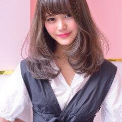 ガーリー フェザーバング ミディアム エフォートレス ヘアスタイルや髪型の写真・画像