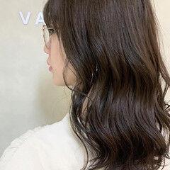 フェミニン 外ハネ アッシュグレー ハイライト ヘアスタイルや髪型の写真・画像