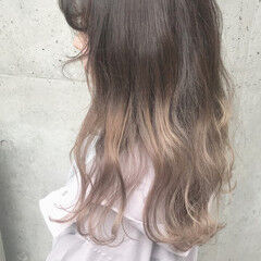 フェミニン ミディアム アッシュ ブロンド ヘアスタイルや髪型の写真・画像