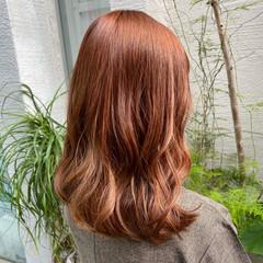 セミロング ゆるウェーブ オレンジベージュ ガーリー ヘアスタイルや髪型の写真・画像