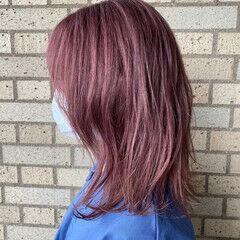 セミロング ピンクバイオレット フェミニン ピンクベージュ ヘアスタイルや髪型の写真・画像