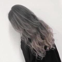 ロング シルバーアッシュ バレイヤージュ ストリート ヘアスタイルや髪型の写真・画像
