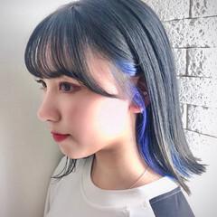 アッシュグレー 切りっぱなしボブ インナーカラー インナーブルー ヘアスタイルや髪型の写真・画像