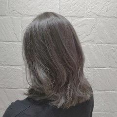 グレージュ シルバー ミディアム ナチュラル ヘアスタイルや髪型の写真・画像