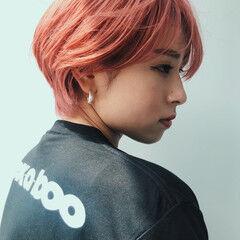 ショート コーラルピンク モード ピンク ヘアスタイルや髪型の写真・画像