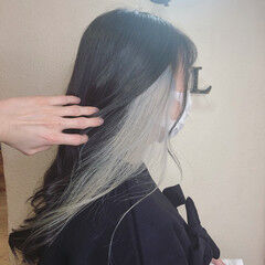 インナーカラー セミロング ホワイトカラー ホワイトシルバー ヘアスタイルや髪型の写真・画像