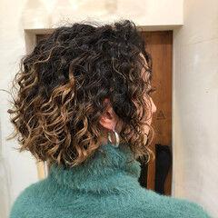 スパイラルパーマ インナーカラー ナチュラル ハイライト ヘアスタイルや髪型の写真・画像