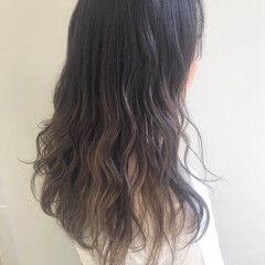 ロング 極細ハイライト スモーキーアッシュ ナチュラル ヘアスタイルや髪型の写真・画像