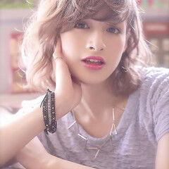 ハイトーンカラー ミルクティーベージュ ミディアム レイヤーカット ヘアスタイルや髪型の写真・画像