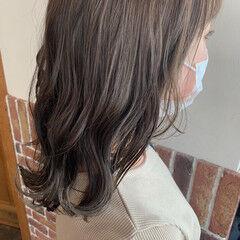 オリーブベージュ オリーブカラー なみウェーブ ミディアム ヘアスタイルや髪型の写真・画像