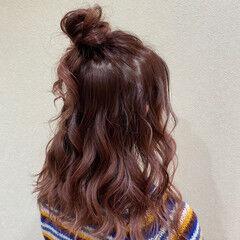 セミロング ナチュラル ルーズヘア お団子ヘア ヘアスタイルや髪型の写真・画像
