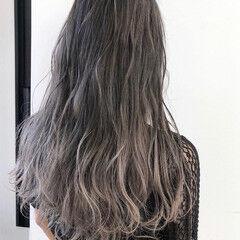 アッシュグレー ホワイトグレージュ グラデーションカラー エレガント ヘアスタイルや髪型の写真・画像
