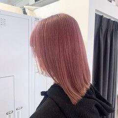 ピンクカラー 前下がりボブ 前下がりヘア ナチュラル ヘアスタイルや髪型の写真・画像