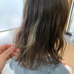秋冬スタイル コテ巻き ミディアムヘアー ハイライト ヘアスタイルや髪型の写真・画像
