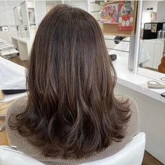 セミロング レイヤーカット コテ巻き オリーブベージュ ヘアスタイルや髪型の写真・画像