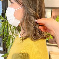 インナーカラー シアーベージュ ミディアム 切りっぱなしボブ ヘアスタイルや髪型の写真・画像