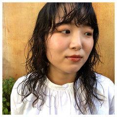 スパイラルパーマ ミディアムレイヤー ナチュラル セミロング ヘアスタイルや髪型の写真・画像