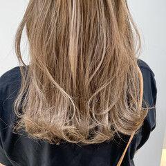レイヤーカット シアーベージュ エレガント セミロング ヘアスタイルや髪型の写真・画像